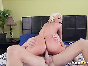 blondie ditzy gets fixed by the young gardener